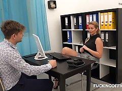 Мамочка раздвинула ноги прямо в офисе и дала возможность отодрать свою киску