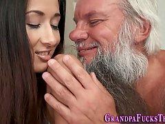 Молодая брюнетка согласилась на секс со старым бородатым дедом