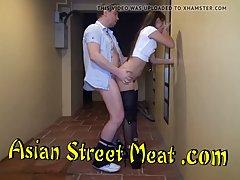 Худенькая азиатка в разных позах трахается со своим любовник...