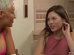 Зрелая лесбиянка соблазнила молодую девушку на горячий секс ...