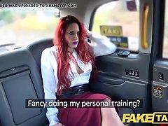 Рыжая мамочка в машине раздвигает ноги для порки с водителем такси