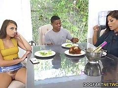 Чернокожий парень получает от подруги и ее мамочки настоящий...