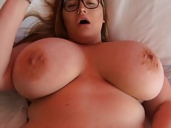Толстушка в очках показывает свое шикарное тело и большие сиськи