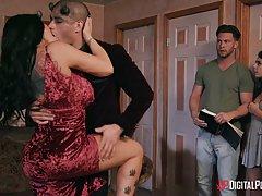 Две сексуальные латинки принимают участие в шикарной групповухе