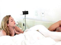 Очаровательная блондинка жена просыпается с мужем и дает ему...