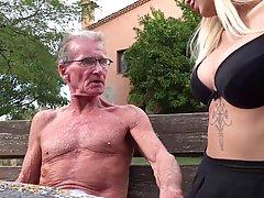 Непослушная блондинка девушка решила трахнуть пожылого сосед...