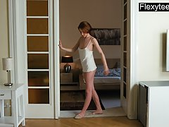 Бывшая танцовщица перед камерой решила показать свое соло в короткой майке