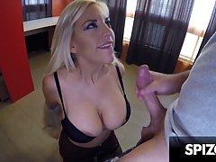 Блондинка с большой попой и сиськами раздвинула ноги в чулка...