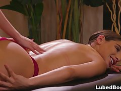 Лесбиянки во время массажа подарили друг другу нереальный се...