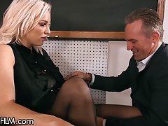 Блондинка с большими сиськами раздвигает ноги в чулках для в...