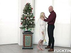 Блондинка с большими сиськами в униформе занимается сексом у...
