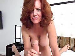Зрелая дамочка с висячими сиськами раздвигает ножки для вагинального траха