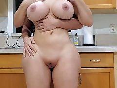Мамочка с большой попой и сиськами занимается сексом на кухн...