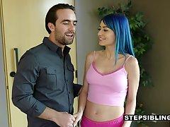 Две девушки с голубыми и розовыми волосами трахаются с парне...