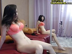 Девушка показывает на вебкамеру большие стоячие сиськи и воз...