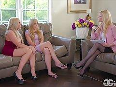 Три блондинки-лесбиянки полируют язычками клиторки и половые губы на диване