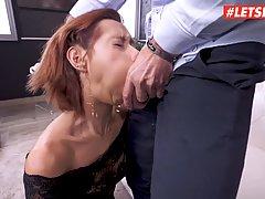 Девушка задрала ноги в чулках для супер анального секса с жестким любовником