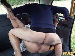 Брюнетка в машине раздвигает свои ноги для реального траха с...