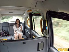 Брюнетка в машине раздвигает свои ноги для реального траха с водителем от первого лица