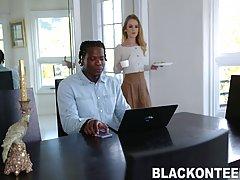 Чернокожий парень с длинным членом трахает киску молодой бло...