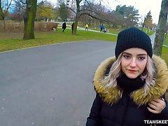 Красивая девушка на камеру от первого лица делает минет своего другу прямо на улице