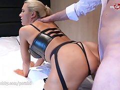 Блондинка в эротическом белье и чулках подставляет свои дыро...