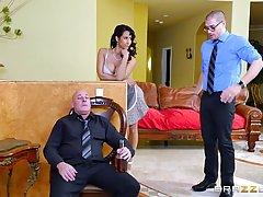Темноволосая зрелая горничная любит принимать жирные ее босс...