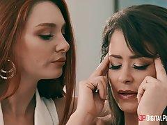 Лесбиянки на кровати ласкают друг друга языками и пальчиками, кончая от орала