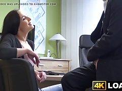 Брюнетка в офисе ради работы раздвинула ноги перед будущим боссом