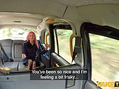 Пассажирка с розовыми волосами прямо в машине раздвинула ноги в чулках для порки