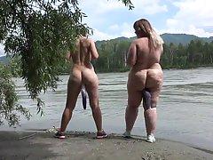 Толстые лесбиянки во время отдыха у реки вставляют в киски и...