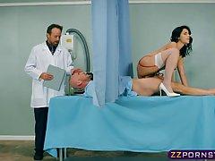 Лысый парень получил минет и хороший трах в кабинете врача...