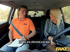 Мамочка с белыми волосами в чулках раздвигает ноги в машине для порки с инструктором