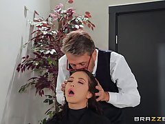 Парикмахер в салоне затрахал свою клиентку брюнетку и подарил ей анальный секс
