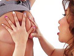 Две лесбиянки с большими сиськами затрахали друг друга нежными руками и языками