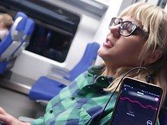 Блондинка в общественном транспорте делает парню минет и принимает сперму