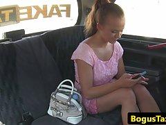 Чешская блондинка тайно сосет таксисту член и трахается с ни...