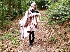 Блондинка во время прогулки в лесу встала на колени и сделал...