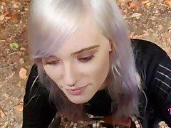 Блондинка во время прогулки в лесу встала на колени и сделала парню минет от первого лица