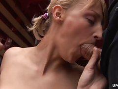Блондинка прямо в грузовике согласилась на анальный секс тол...
