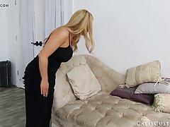 Блондинка позирует перед камерой и показывает большие сиськи...