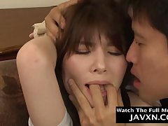 Азиатка с упругой грудью и волосатой киской трахается с парнем на диване