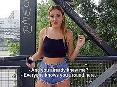 Девушка на мосту от первого лица подставляет сочную дырочку для порки