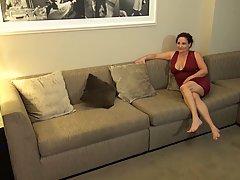Зрелая женщина и ее подруга устроили негру групповой трах в спальне
