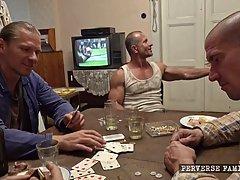 Парни после игры в карты устроили жаркие потрахушки толпою...