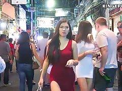 Во время прогулки парень подглядывает за незнакомыми девушка...