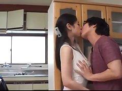 Азиатка с большими сиськами и ее друг в очках снимают на кухне реальную порнуху