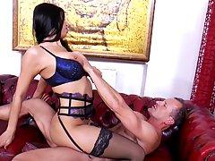 Брюнетка в чулках разделась до гола и трусит большими сиськами во время секса