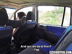 Брюнетка разделась в машине и раздвинула ноги в чулках для х...