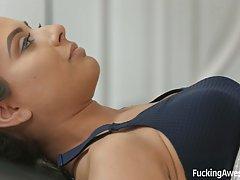 Брюнетка после спорта испытала оргазм от страстного хардкора...